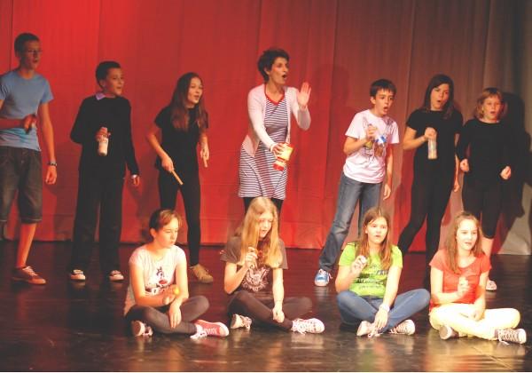 """Predstava """"Glazbeni vremeplov"""" osnovnoškolske dramske grupe"""