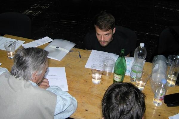 """Lovro Krsnik (redatelj) s glumcima """"Snježne kraljice"""" na čitaćoj probi."""