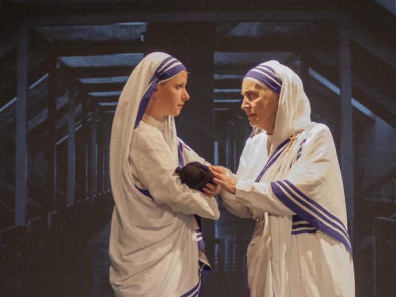 Mia Krajcar (Sestra Agneza) i Kostadinka Velkovska (Majka Terezija) / SNIMIO Toni HNOJČIK
